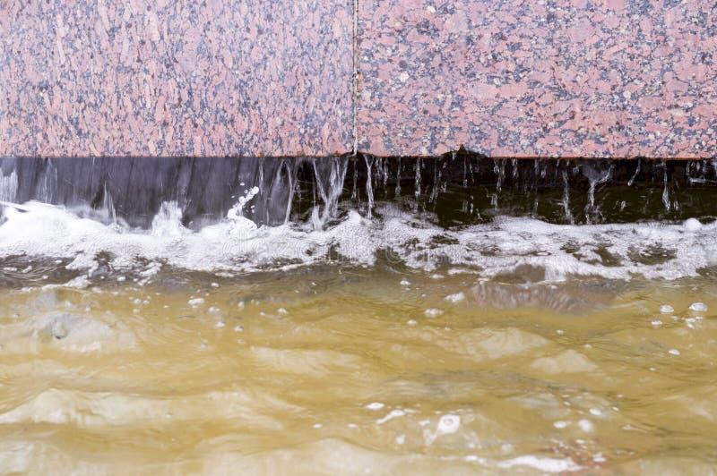Flödande vatten i springbrunnen dekorativt naturligt arkivfoton
