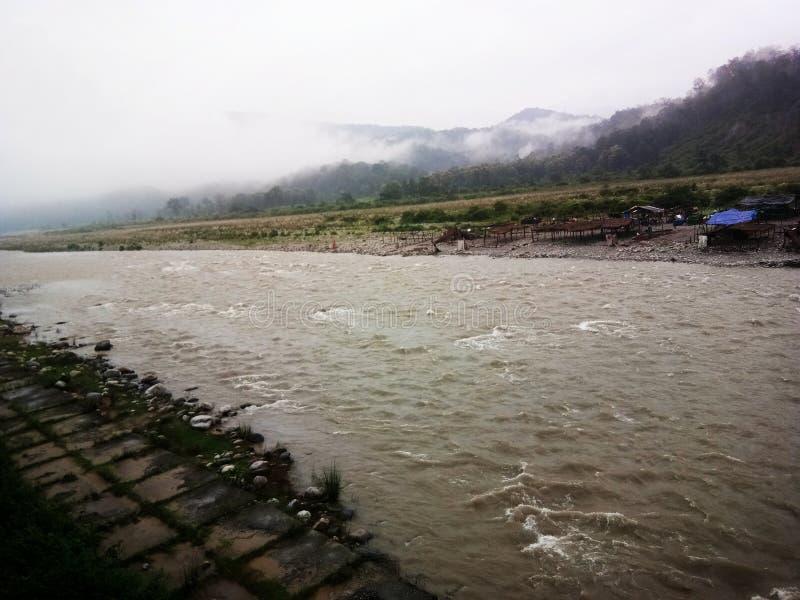 Flöde som en flod arkivbild