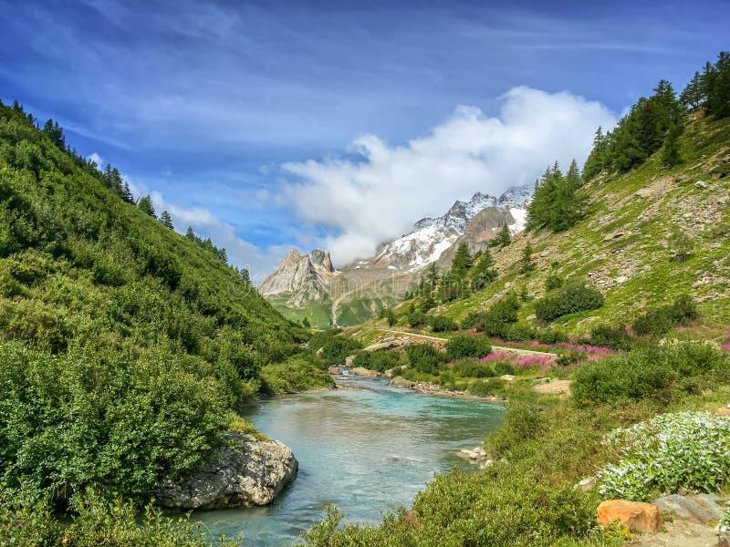 Flödelandskapet under turnerar vandringen för du Mont Blanc, Aosta Valley Italien arkivbild