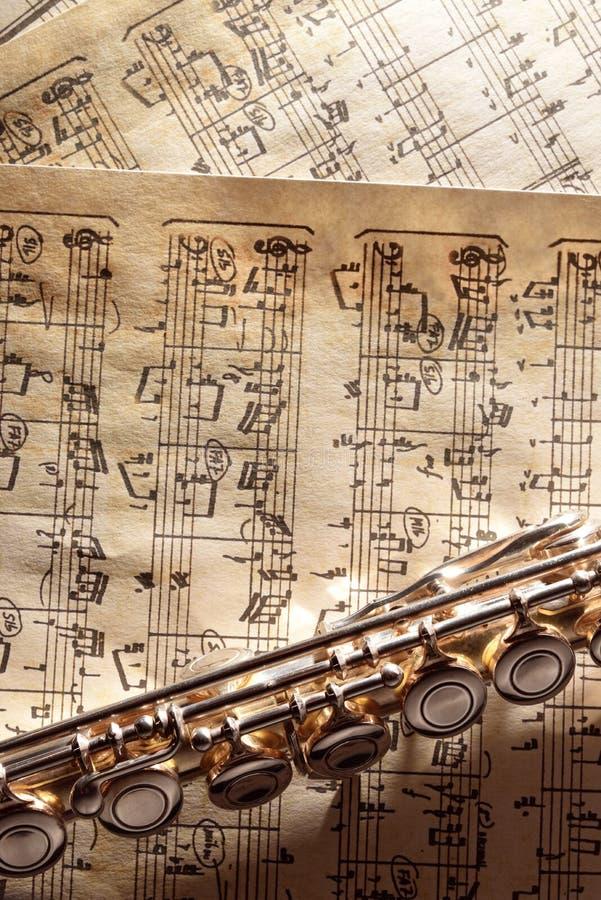 Flöjt på vertikal sikt för gammal handskriven notbladbottenöverkant arkivbilder
