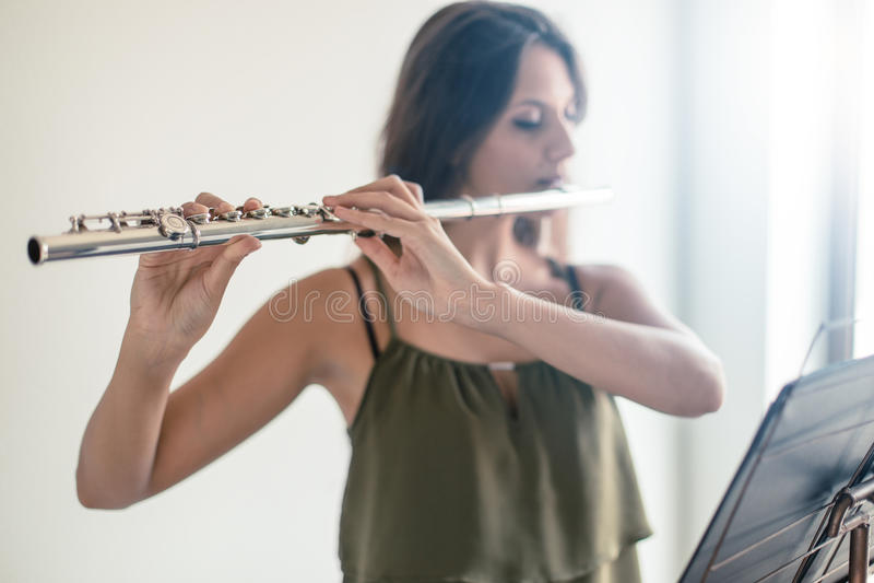 Flöjt som spelar flöjtisten royaltyfri foto
