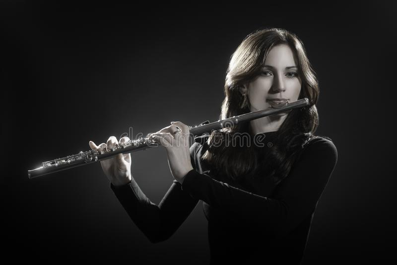Flöjtist som spelar flöjten royaltyfri bild