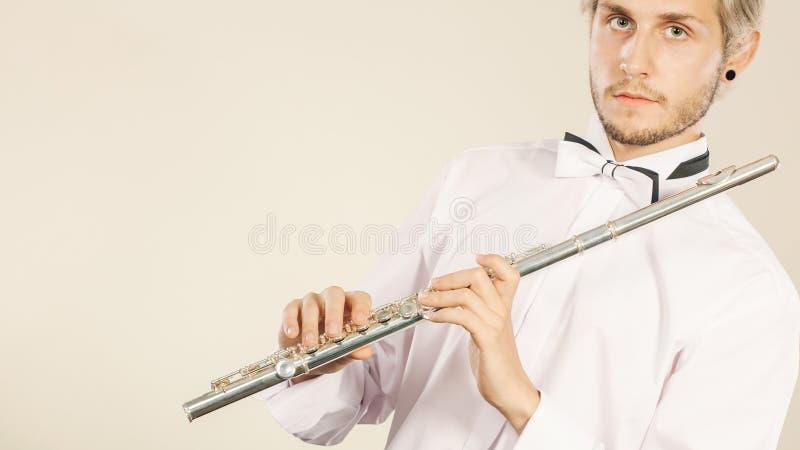 Flöjtmusik som spelar flöjtistmusikeraktören arkivfoto