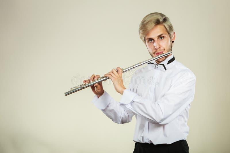 Flöjtmusik som spelar flöjtistmusikeraktören arkivbilder