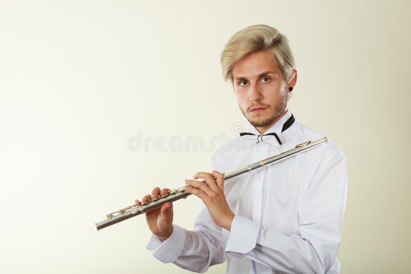 Flöjtmusik som spelar flöjtistmusikeraktören royaltyfri bild