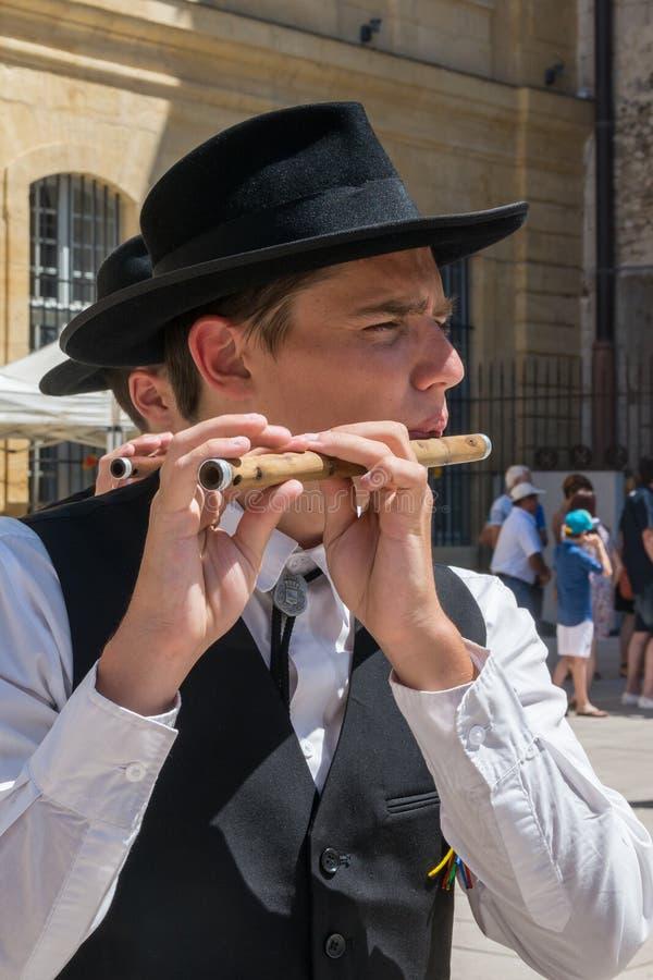 Flöjtspelare i den traditionella Provencal klänningen arkivfoto