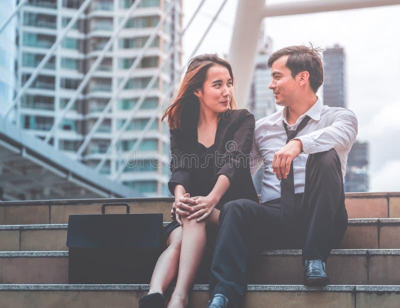 Flörta för vän för kontorskvinna- och för affärsman par talande ut arkivbild