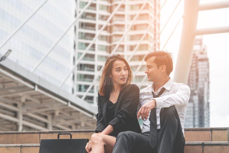 Flörta för vän för par för man för kontorskvinnaaffär talande ut arkivfoton