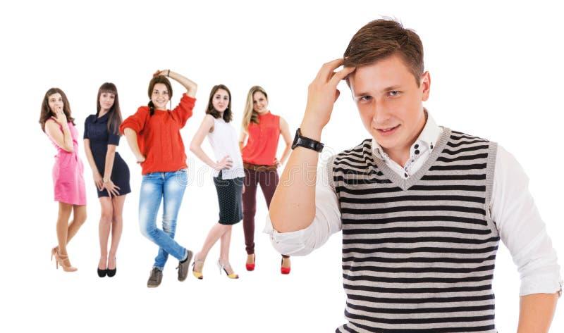 Flörta pojkeståenden med gruppflickor arkivbild