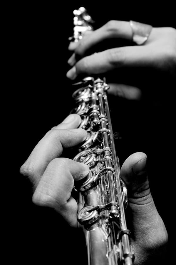 Flöte in den Händen - Musikkonzept stockfoto