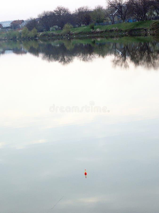 Flöte på sjön Rekreation- och fiskeområdesvår på sjön arkivfoto