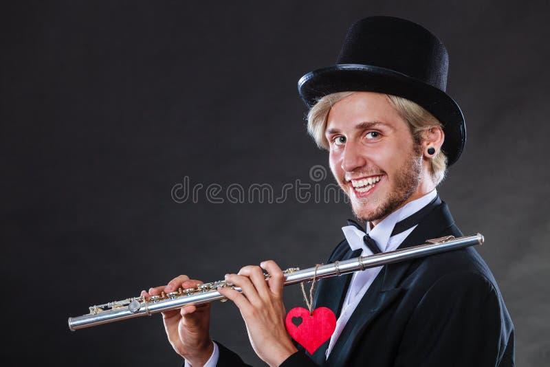 Flûtiste masculin avec la cannelure et le coeur Mélodie d'amour photo stock