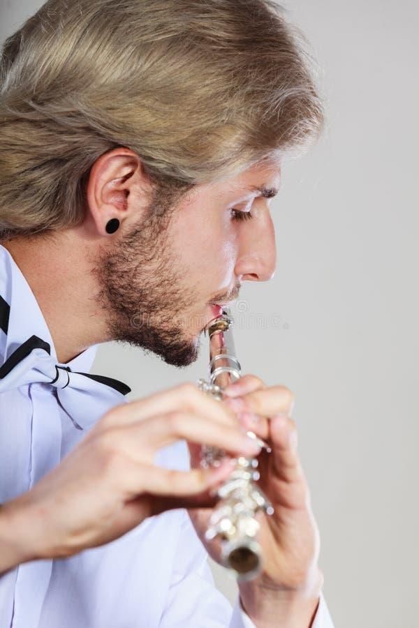 Flûtiste masculin jouant sa cannelure images libres de droits