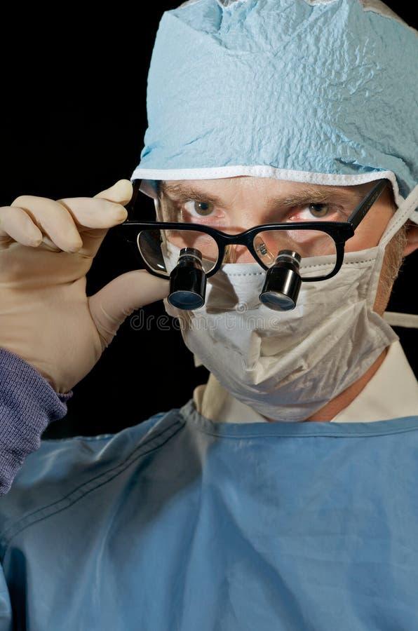 Flüchtig blickender Chirurg lizenzfreie stockbilder