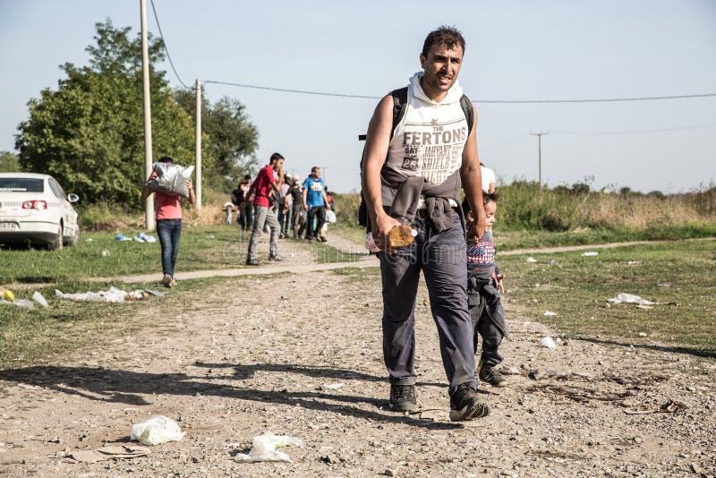 Flüchtlinge, welche die Grenze von Serbien in Tovarnik kreuzen lizenzfreie stockfotos