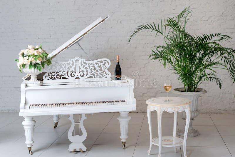 Flügel In Einem Weißen Klassischen Luxusinnenraum Mit Wein, Palmen ...