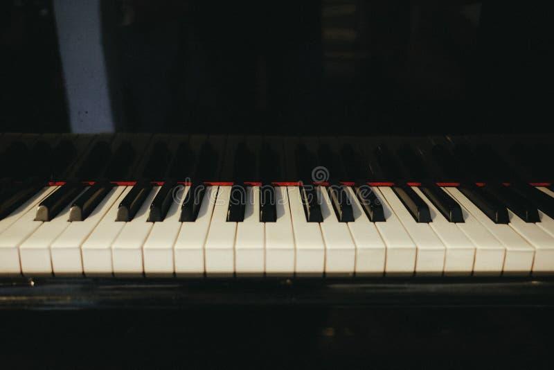 Flügel hat den Klavierschlüssel, der in hallroom gelegt wird dieses Bild für mus stockfotos