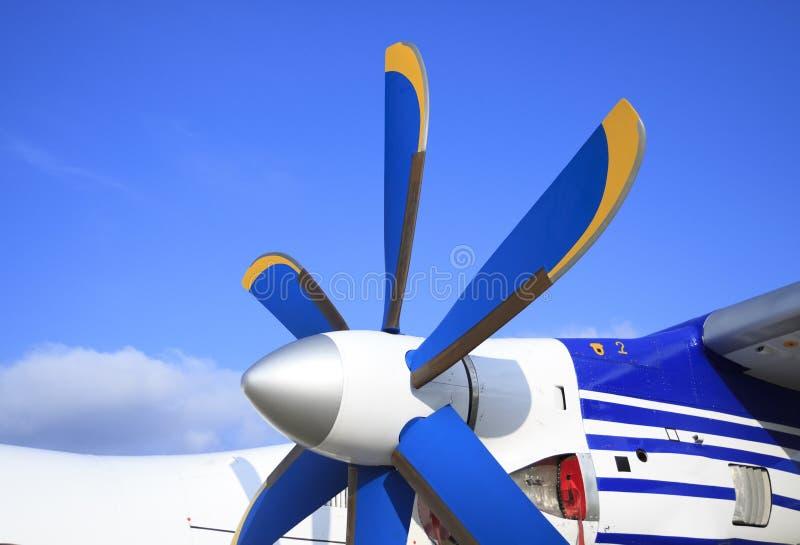 Flügel mit Propeller des Passagierflugzeugs lizenzfreie stockbilder