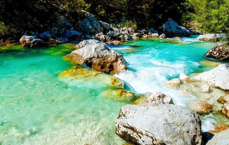 Flüsse mit schönem Türkiswasser Soca Fluss in Slowenien lizenzfreie stockfotos