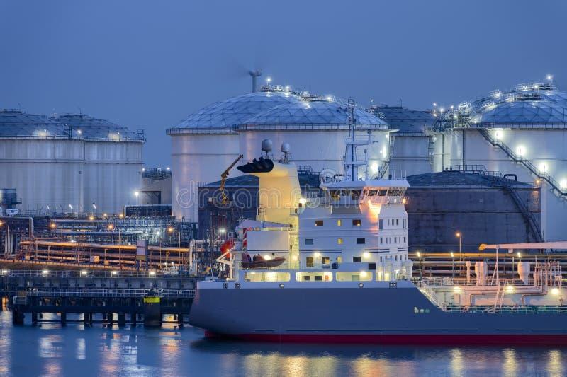 Fl?ssige ErdgasSammelbeh?lter und Tanker, Hafen von Rotterdam lizenzfreies stockfoto
