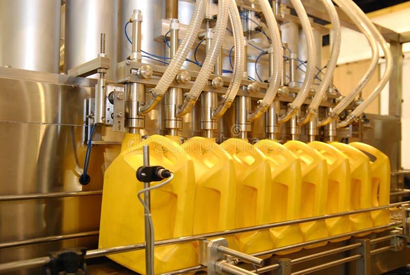 Flüssige Füllmaschinen in der Industrieanlage stockbilder