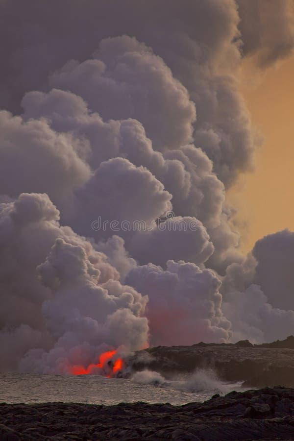 Flüssige Lava in den Ozean lizenzfreies stockbild