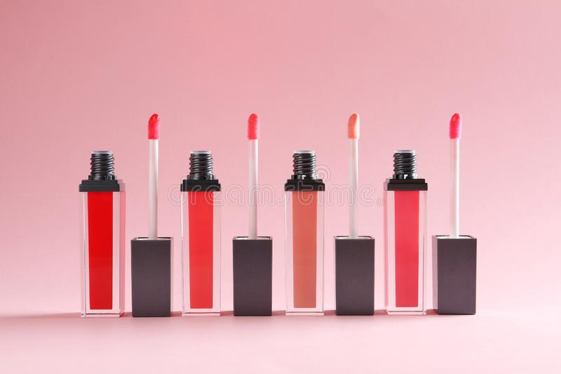Flüssige Lippenstifte mit Applikatoren stockfotografie