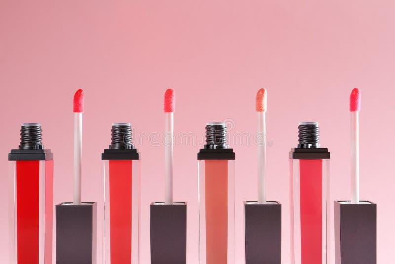 Flüssige Lippenstifte mit Applikatoren stockfotos