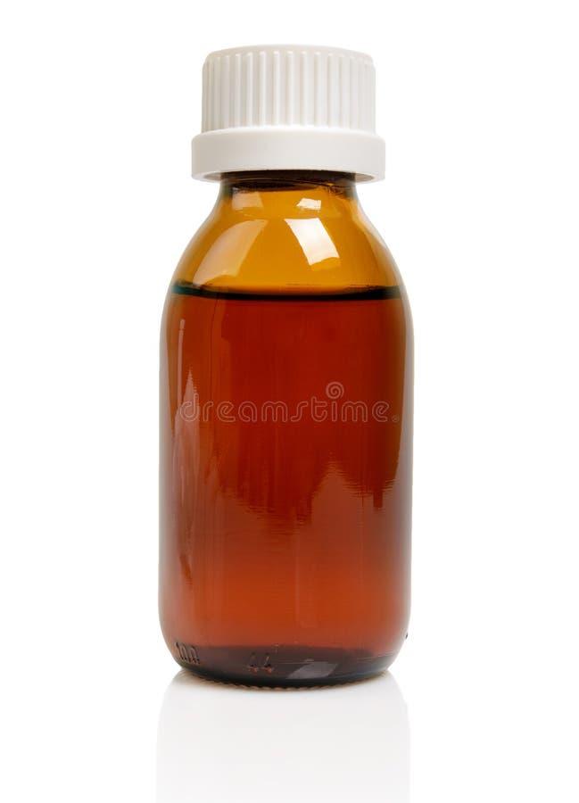 Flüssige Medizin in der Glasflasche lokalisiert auf Weiß stockfotografie