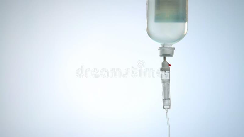 Flüssige Medizin in der intravenösen Tropfenfängertasche und Linie, Therapie für dringendes Rettungsschwimmen stockbild