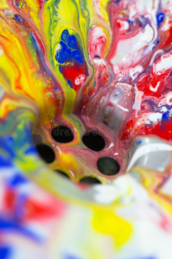 Flüssiger Farbenfluß herein zum Wasserabfluß, wie bunt, abstrakt, c stockbilder
