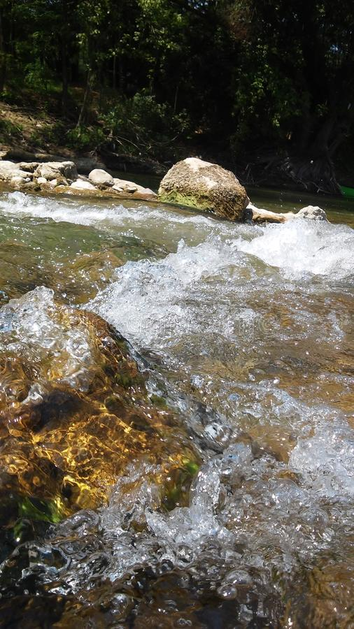 Flüssiger Fluss lizenzfreie stockbilder