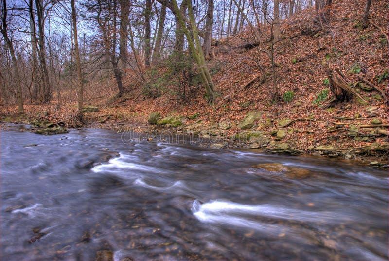 Flüssiger Strom im Winter stockfoto