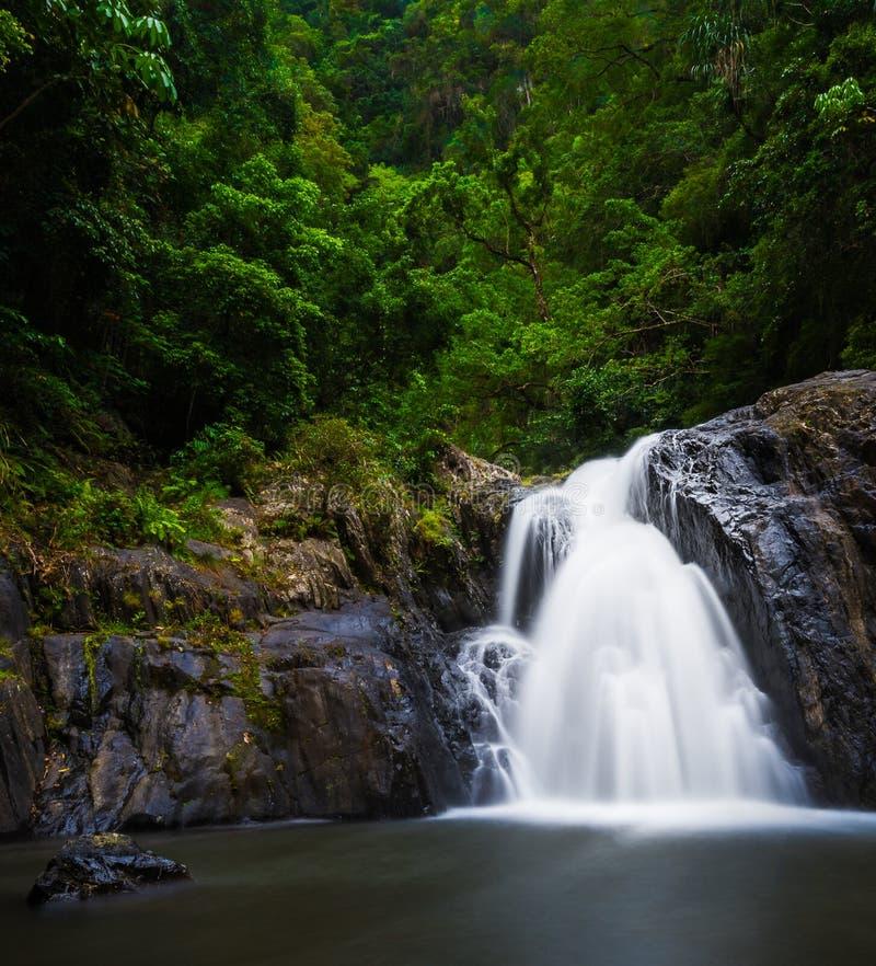 Flüssiger Wasserfall bei Crystal Cascades in den Steinhaufen, Australien stockbilder