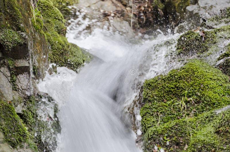 Flüssiger Wasserfall entwerfen mit bunten abstrakten Streifen des Wassers stockbilder