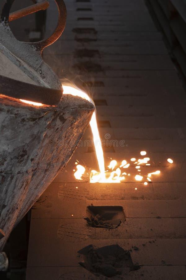 Flüssiges Metall des Eisens, das in Sandförmchen gießt lizenzfreies stockfoto