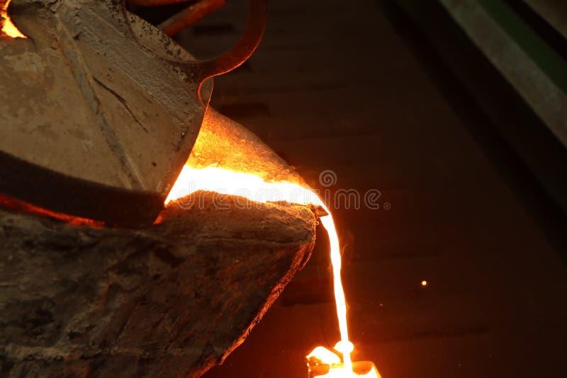 Flüssiges Metall des Eisens, das in Sandförmchen gießt lizenzfreies stockbild