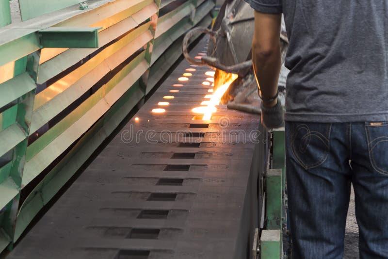 Flüssiges Metall des Eisens ist gegossenes herein Sandförmchen lizenzfreie stockfotos