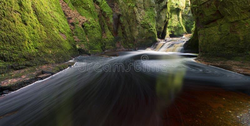 Flüssiges Wasser in Finnich-Schlucht an der Devil's-Kanzel stockbilder