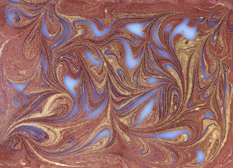 Flüssiges Weiß und Gold gemarmortes Muster Beige Hintergrund lizenzfreies stockfoto