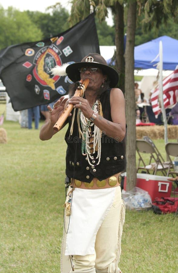 Flûtiste célèbre Mike Serna de Natif américain jouant sa cannelure à Miami toutes les nations recueillant chez Parke County photos libres de droits