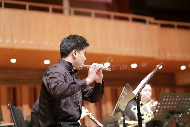 Flûtiste masculin d'université de Xiamen dans la représentation photos stock