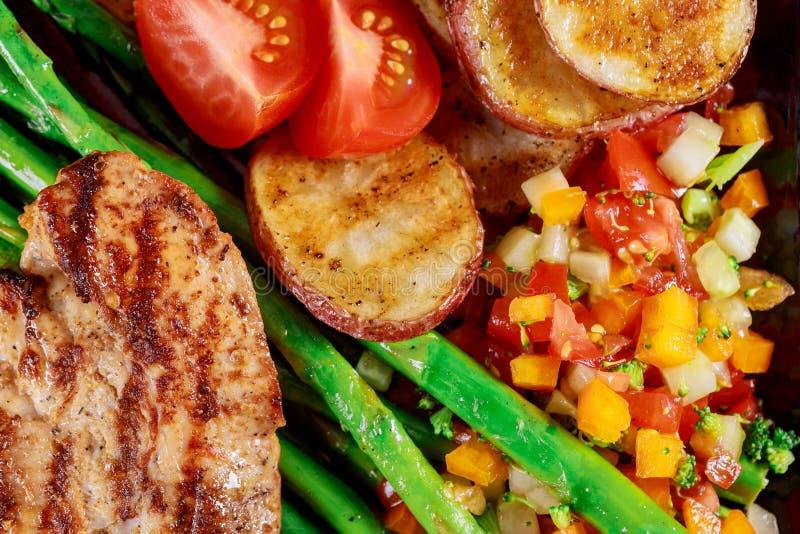 Flach-Lage des frischen Salats des gesunden Abendessens, gegrilltes Gemüse mit der gegrillten Hühnerbrust lizenzfreies stockfoto