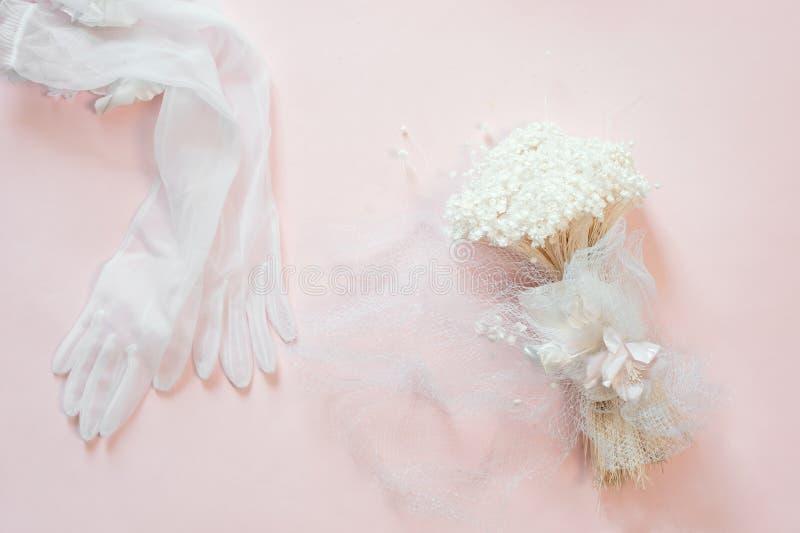 Flach-Lage von weißen Blütenblumen über hellrosa Hintergrund, Draufsicht, Kopienraum lizenzfreie stockfotografie