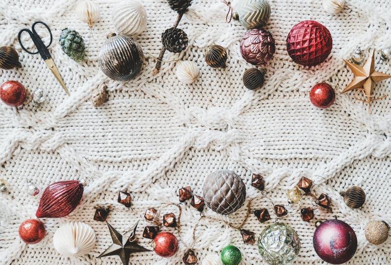 Flach-Lage von Weihnachtsfestlichen Dekorationsspielwaren über woolen Hintergrund stockbild