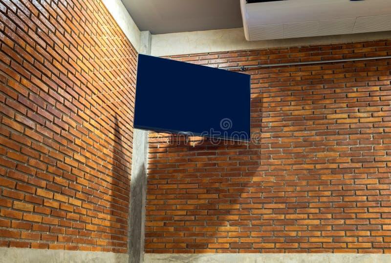 Flachbildschirmfernsehen auf Eckwand stockbild