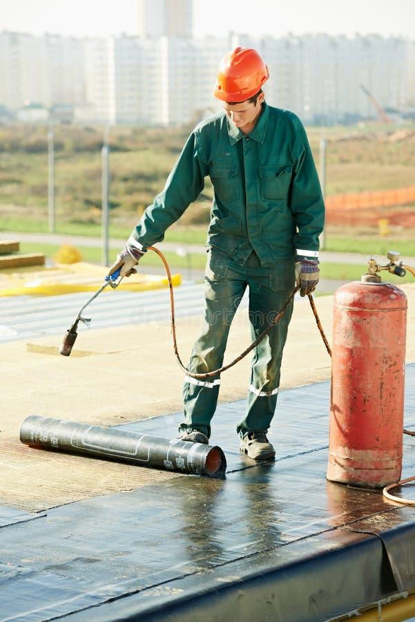 Flachdachbedeckungsreparatur arbeitet mit Dachfilz lizenzfreie stockbilder