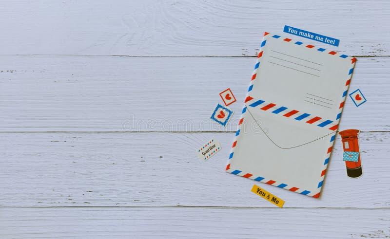 Flache Ansicht des leeren Postkartenspotts herauf Rahmen verzieren mit Aufklebern auf hölzerner beige Tabelle stockfotos
