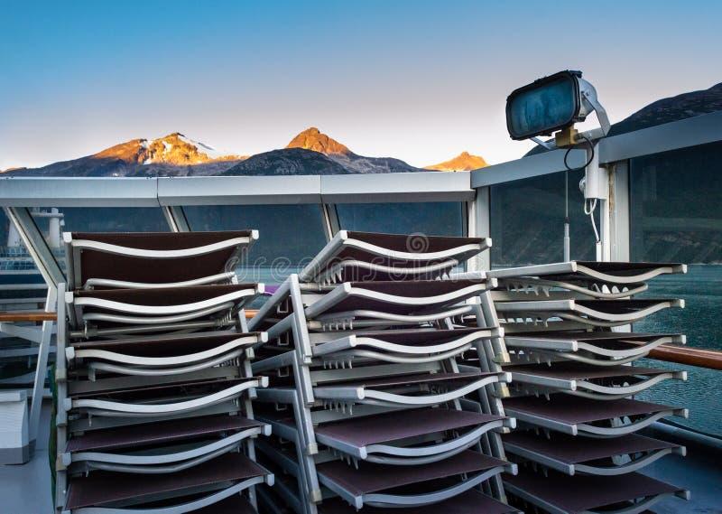 Flache Aufenthaltsraum crusie Schiffsstaplungsplattform, Morgen, Sonnenlicht auf Bergen, Alaska stockfotografie
