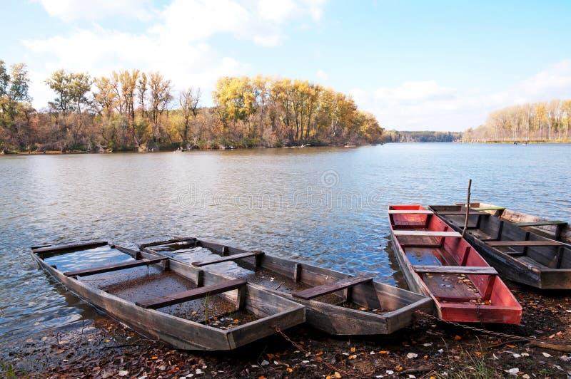 Flache Boote auf dem Stauwasser im Herbst, Ungarn lizenzfreie stockfotografie